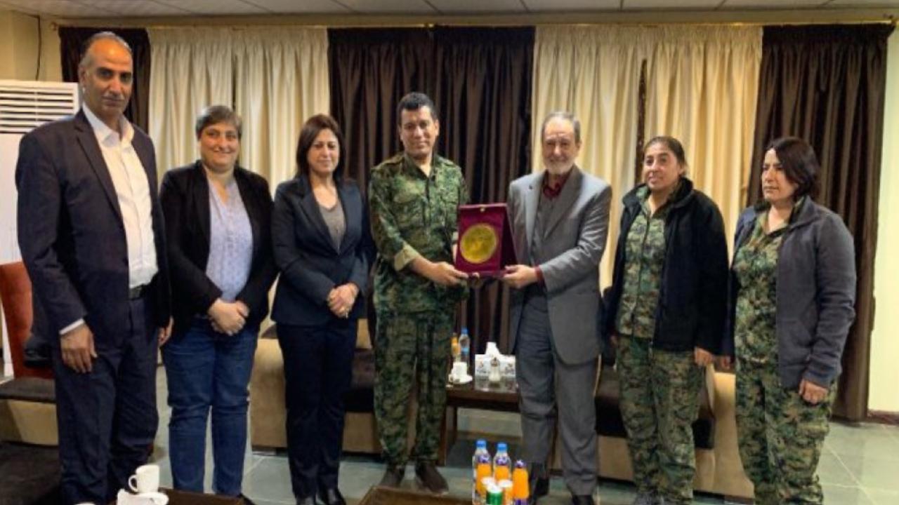 """Photo of رئاسة """"مسد"""" تقدم درع النصر لقوات سوريا الديمقراطية لانتصاراتها على داعش"""