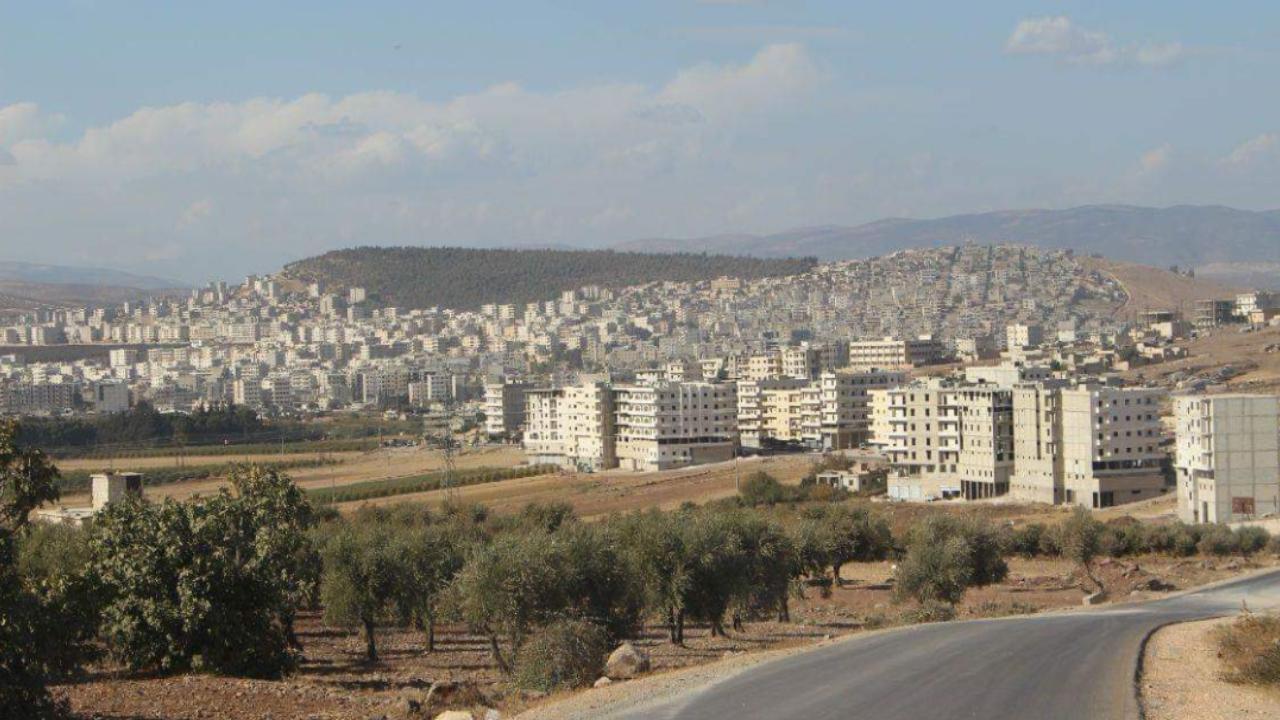 صورة مرتزقة تركيا يفرضون المستوطنين في منازل أهالي عفرين