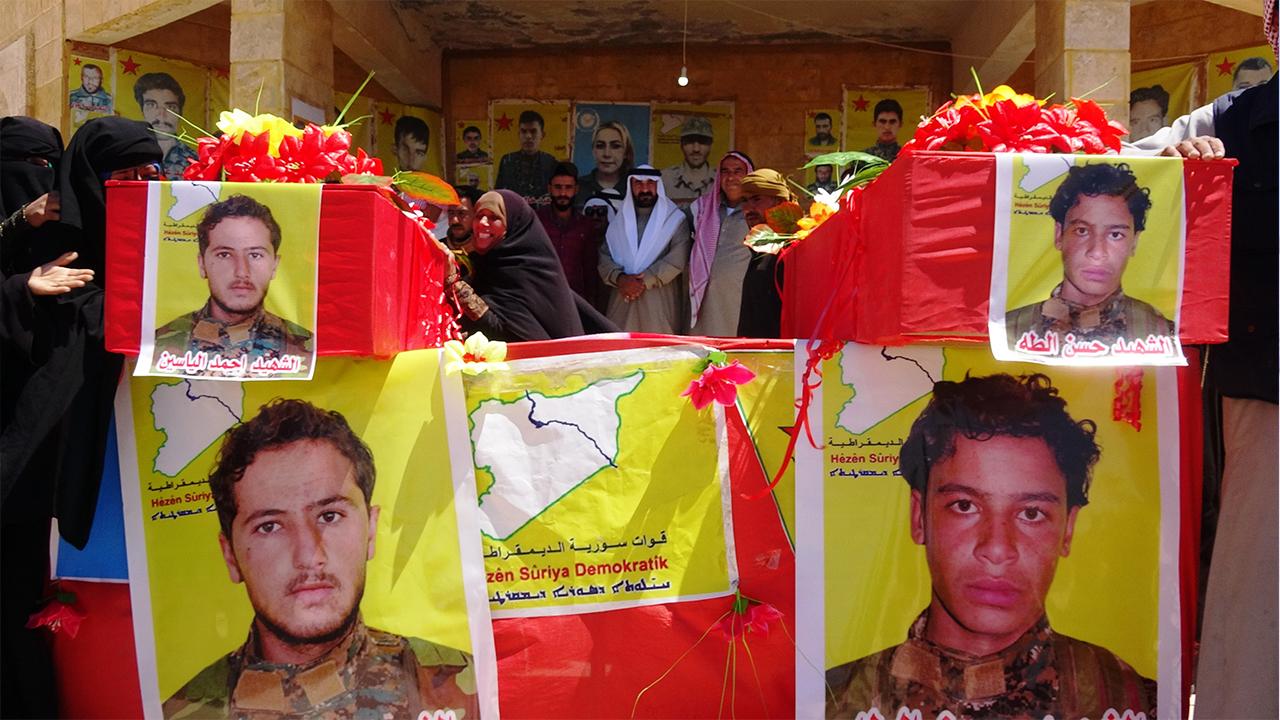 Photo of جثمانا الشهيدين أحمد وحسن ووريا الثرى في مزار الشهيد خضر الحمادة