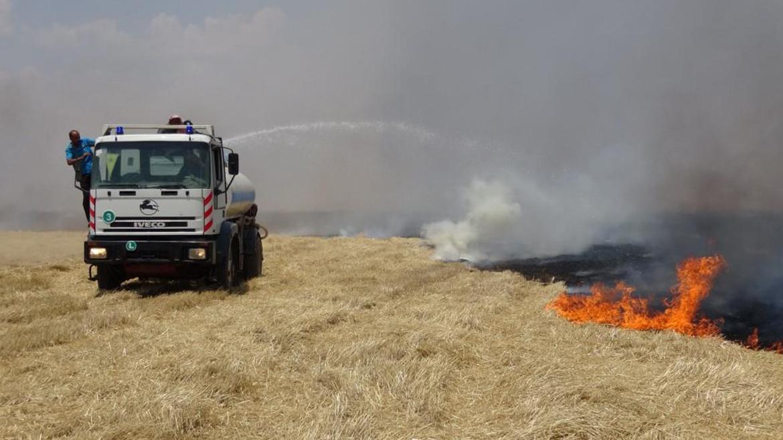 Photo of فرق الإطفاء بالتعاون مع أهالي تل حميس يخمدون عدة حرائق
