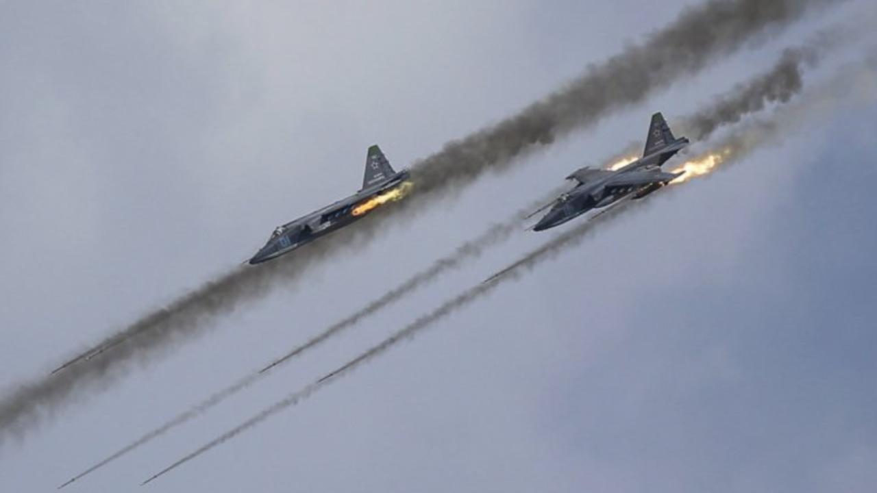Photo of ضربات جوية مكثفة من قبل طائرات النظام وروسيا على ريفي إدلب وحماة
