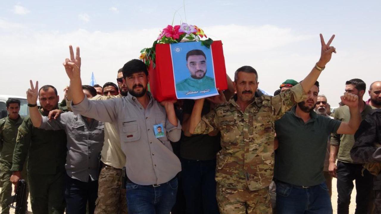 Photo of جثمان الشهيد مصطفى الخلف يواري الثرى في مزار الحكومية