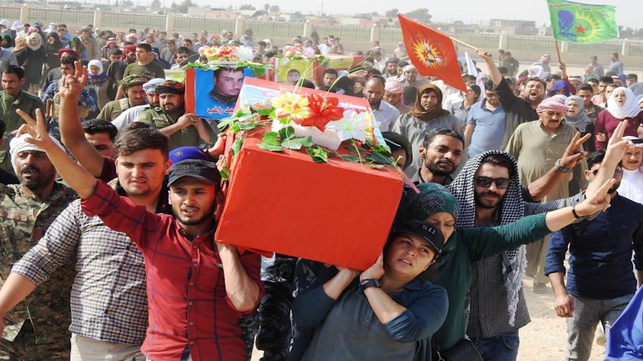 Photo of أهالي الرقة يشيعون جثامين 3 من شهداء مقاومة الكرامة