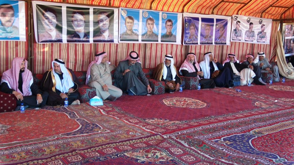 Photo of شيوخ ووجهاء عشائر الطبقة يزورون خيمة الاعتصام ويؤكدون تضامنهم مع المعتصمين