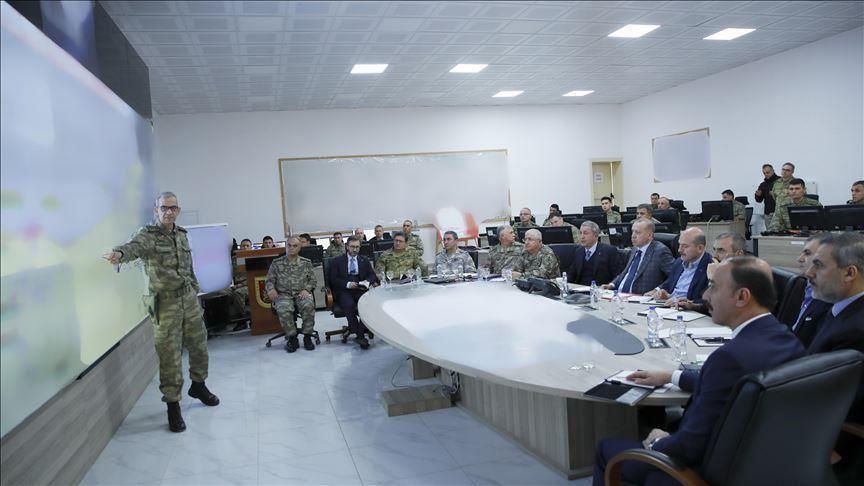 Photo of أردوغان يزور مركزاً لقيادة القوات البرية التابعة للاحتلال على الحدود