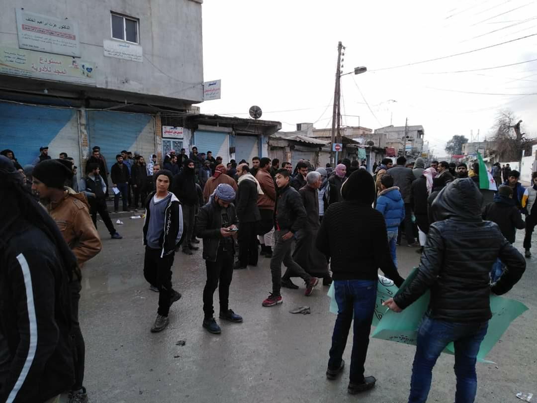 صورة تظاهرة في كري سبي / تل أبيض للمطالبة بإخراج مرتزقة تركيا والإفراج عن المخطوفين
