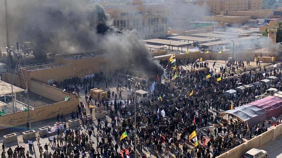 Photo of محتجون موالون لإيران يقتحمون السفارة الأمريكية في بغداد