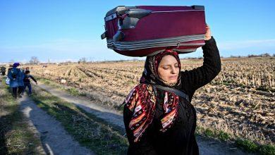 Photo of أنقرة تنقل المئات من اللاجئين إلى الحدود لابتزاز أوروبا
