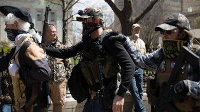 Photo of الأمريكيون يخرجون بمظاهرات مسلحة مطالبين بإلغاء الحجر المنزلي