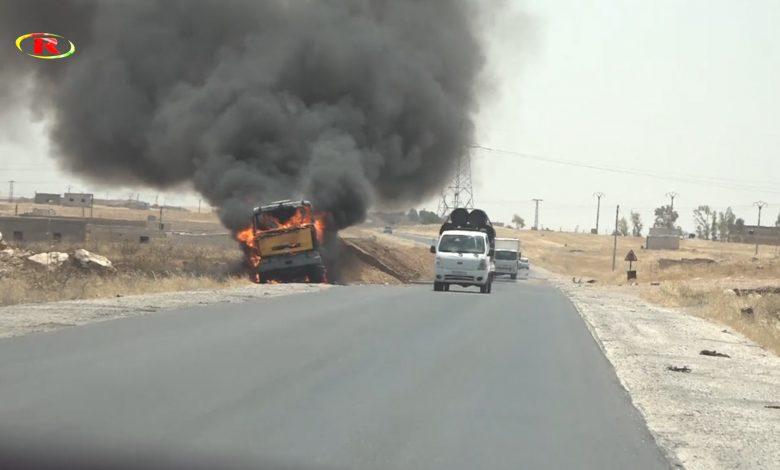 Photo of بالفيديو.. قصف جيش الاحتلال التركي شاحنة مدنية للمارة على طريق M4 بالقرب من ناحية عين عيسى.