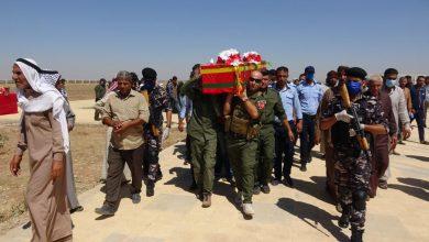 صورة جثمان الشهيد أسعد العلي يوارى الثرى في مزار الشهداء بتل حميس