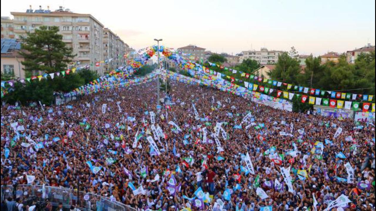 Photo of HDP'Ê WÊ LI AMED Û STENBOLÊ LI DIJÎ TECRÎDÊ DAKEVIN QADAN