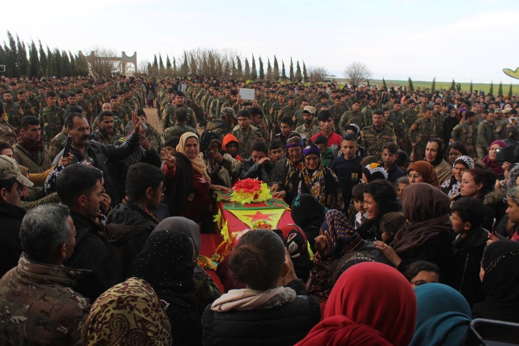Photo of CENAZEYÊ ŞERVANÊ YPG'Ê LEWEND ELÎKO LI DIRBÊSIYÊ HATE OXIR KIRIN
