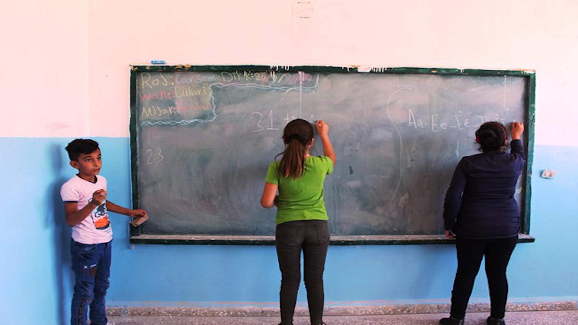 Photo of Komîteya perwerdeyê û fêrkirinê ji bo veguhestina xwendekarên 2 gudên Tirbespiyê erebeyan pede dike