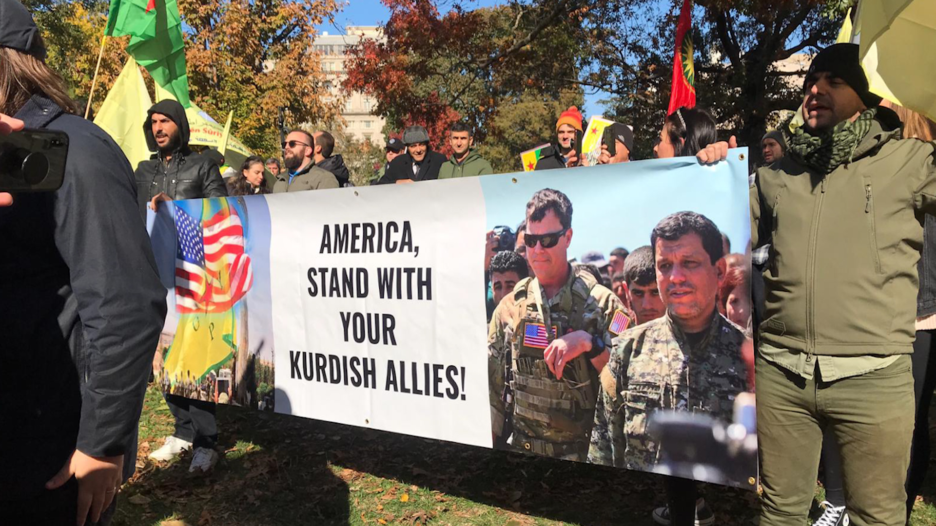 Photo of Kurdistanî û dostên xwe li pêşiya koşka spî xwepêşandanek lidar xistin