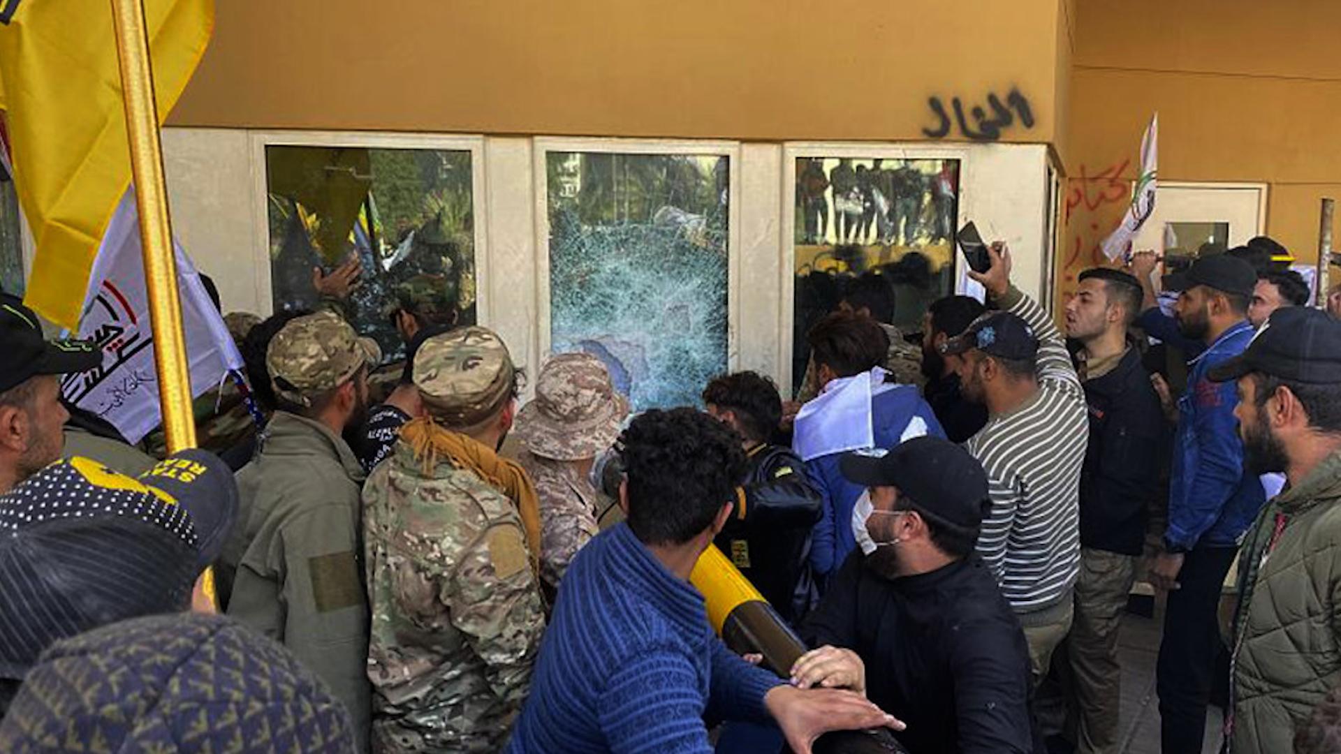 Photo of Xwepêşandanên Iraqê ..alîgirên Heşdî Şebî ketin seferexaneya Dye'yê