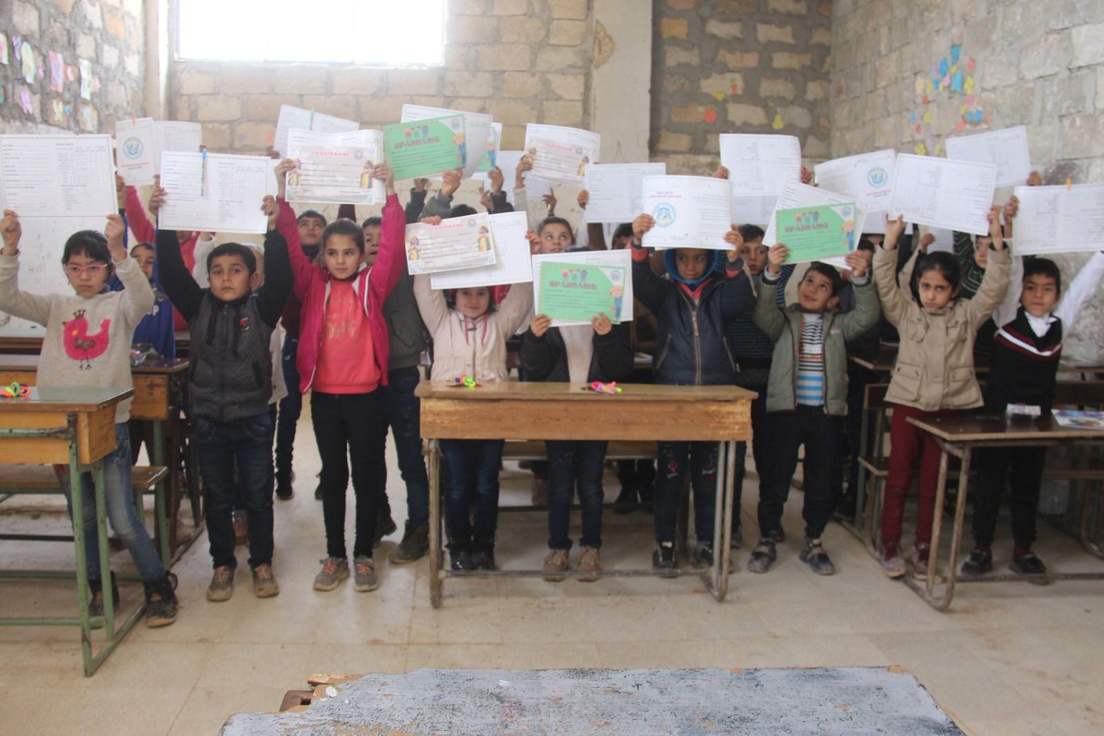 Photo of 15 Hezar xwendekarên Efrînê bawernameyên xwe wergirtin