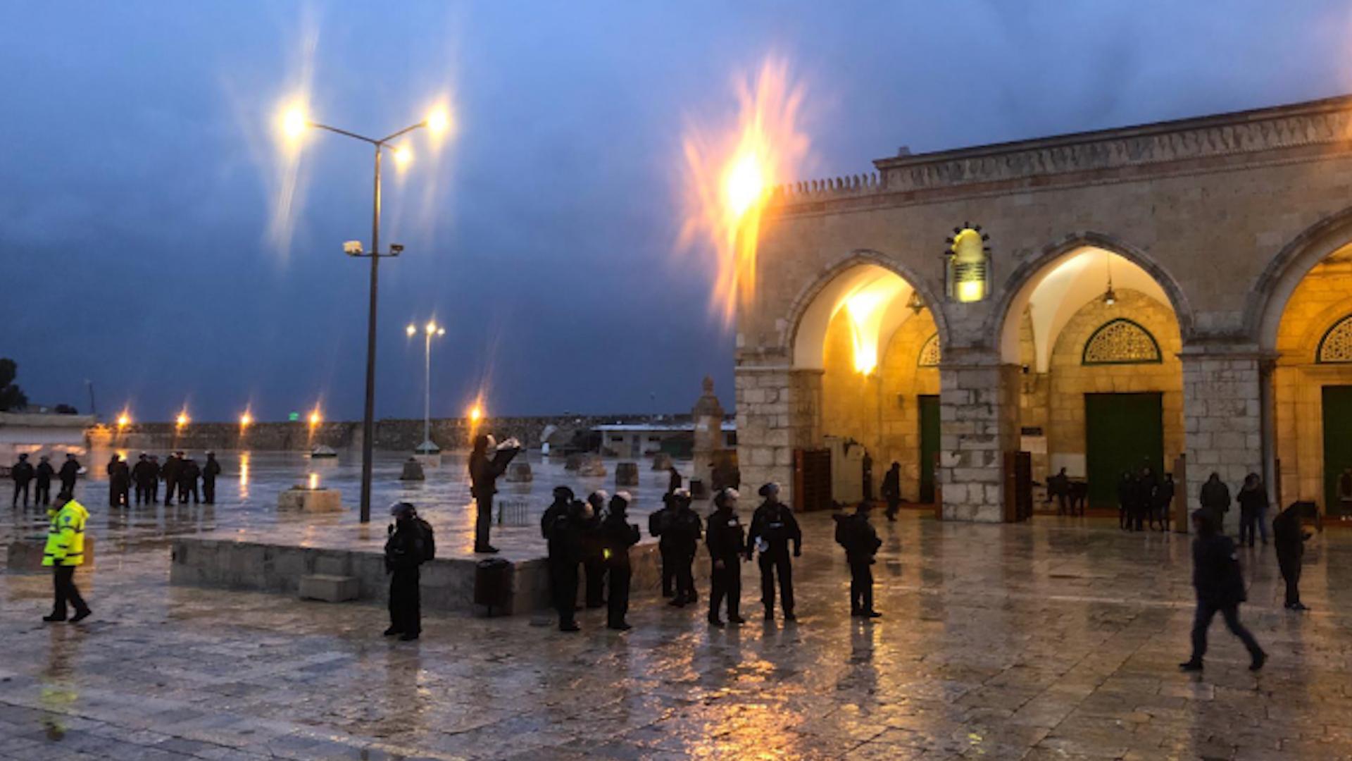 Photo of Piştî nimêja sibehê, polîsa Îsraîlî bi ser Eqsayê de girt
