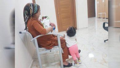 Photo of Eylem a bi zarokên wê re şandine girtîgehê, şîrê wê qut bûye